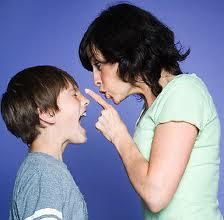 Madre e hijo enfadados